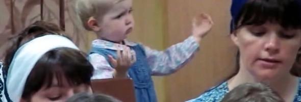 маленькая-девочка-дирижирует-хором